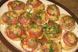 Картофель запеченный с мясом и помидорами
