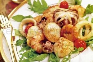 Морепродукты в чесночном соусе
