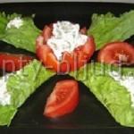 Пикантная закуска в салатных листьях