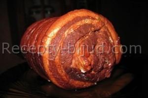 Рулет из свинины, отваренный в луковой шелухе рецепт